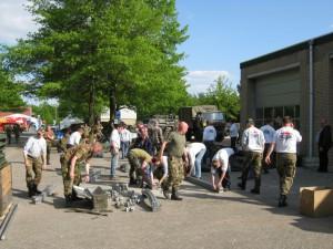 samen met het leger de tenten opruimen