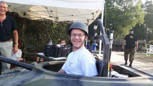 1-vrolijke-tankchauffeur-reinder-in-een-mini-tank-s